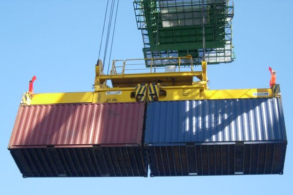 2900 - 20ft containers hoisted