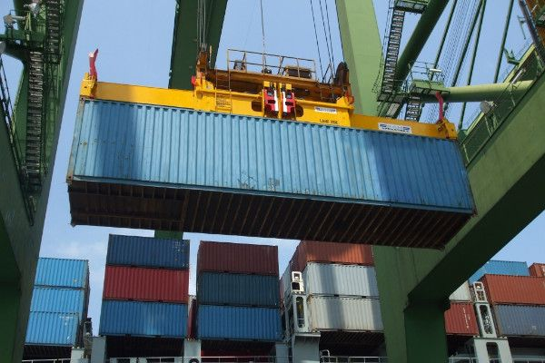 2900 - 45ft container lifted on quay crane