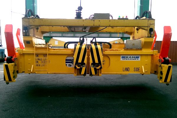 2900 - close up of twin lift spreader