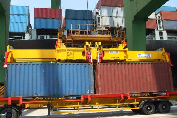 2900 - hydraulic spreader lifting in twin lift mode