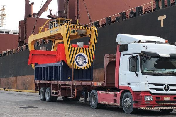 Revolver ship crane lifting sealed container - RAM Spreaders