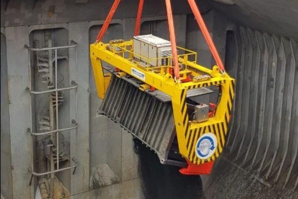 Revolver on a ship crane unloading copper concentrate - RAM Spreaders
