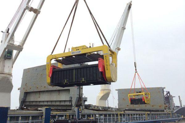 Revolver two ship cranes unloading copper concentrate - RAM Spreaders