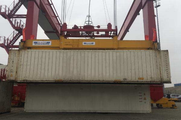 Single lift ship to shore spreader