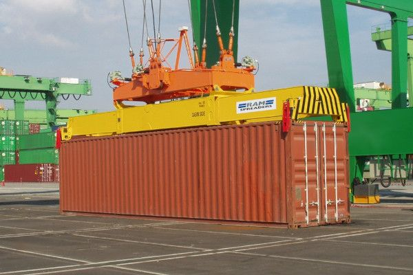 Single lift yard spreader handling a 45ft container