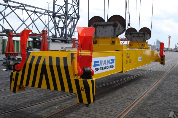 close up of the electric single lift sts spreader