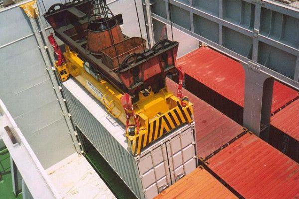 hydraulic single lift spreader in operation