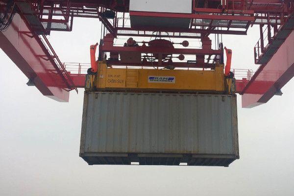 Single lift spreader on a quay crane